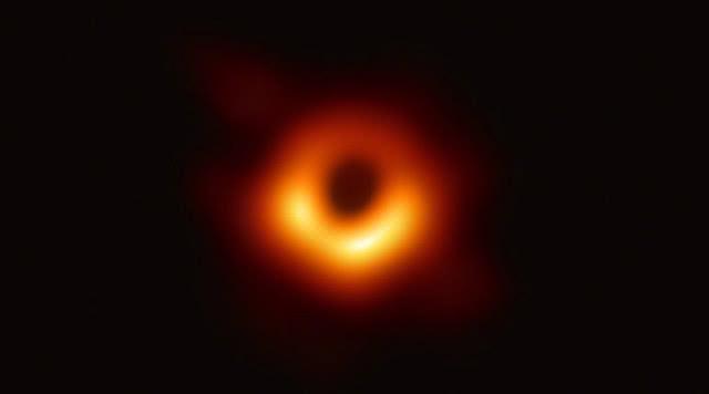 爱因斯坦对黑洞的解释被应验,人类首次捕获黑洞照片