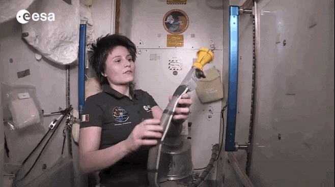 宇航员如何上厕所?一根管子直接对准肛门?
