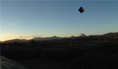 游客在爱尔兰度假竟意外拍到疑似金字塔形状的UFO
