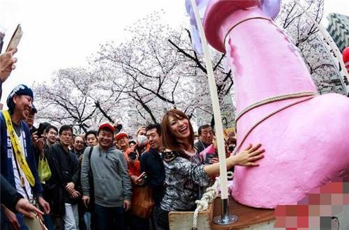"""日本奇葩节日""""丁丁节"""" 百人一起举着""""丁丁""""游街"""