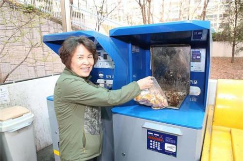 倒垃圾也要付费了 韩国为减少食物浪费推出付费倒垃圾