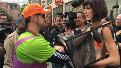 美女在路边任意让路人随便摸30秒 只为表达女性权利