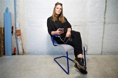 喜欢抖腿的人有福了 坐椅子上抖抖脚就能给手机充电