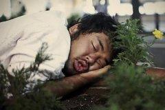 世界上一觉睡最久的人:脊椎受伤不能动(整整睡了22天)