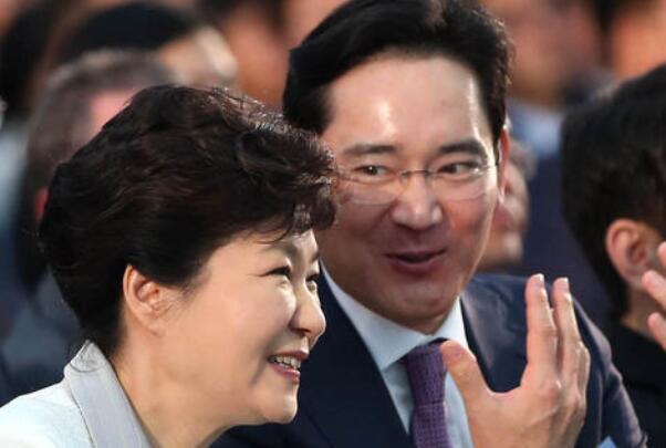 韩国又一位大佬和文在寅公开唱反调小鲜肉男明星