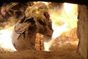 火葬场遗体火化过程,戳破遗体内脏浇汽油火烧(真实图片)