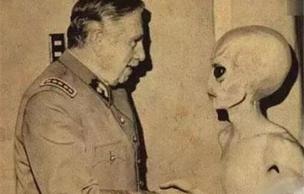 小灰人为什么帮助美国:有更高级外星人存在(小灰人认怂)