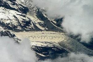 西藏雪山高空拍到两条真龙,西藏龙藏身在冰川之中(照片)