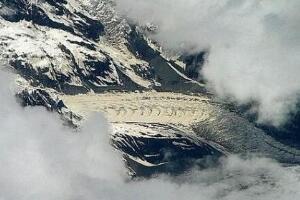 飞机上拍到真龙,西藏雪山高空拍到西藏龙(实为冰川山脉)