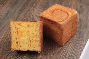 吐司和面包的区别,吐司是面包的一种(长方圆顶形)