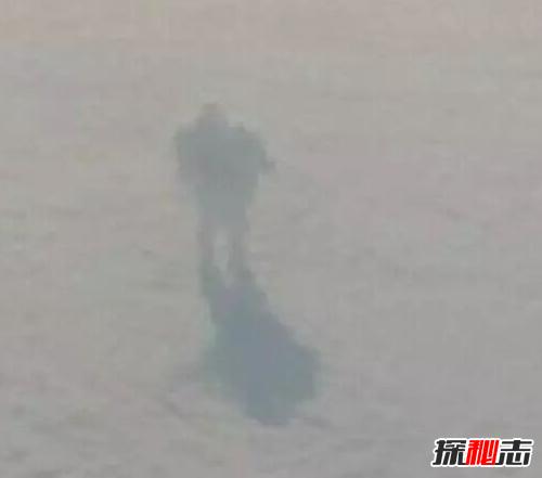 真实拍摄到的图片_飞机上拍到云上站着人,科学家称是外星人(不可思议)_探秘志