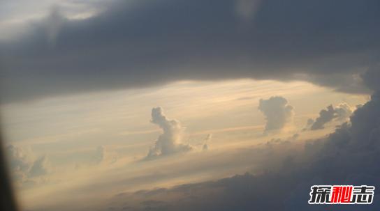 真实拍摄到的图片_世界上真的有仙女吗?有人坐飞机拍到仙女(其实是云)_探秘志