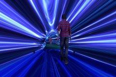 超越光速会回到过去吗?相对论早已解释达光速时间静止