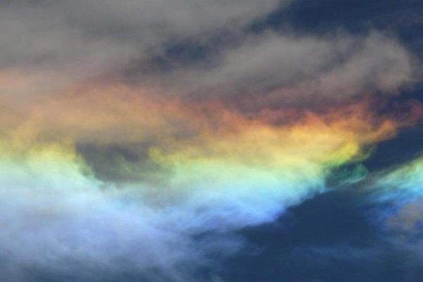 世界上最美的彩虹:火焰彩虹,卷云變成彩虹色(十分罕見)