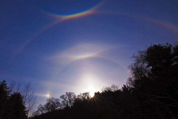 最罕见气象奇观:幻月,月亮周围形成彩色光环(美到窒息)