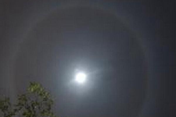 最罕見氣象奇觀:幻月,月亮周圍形成彩色光環(美到窒息)