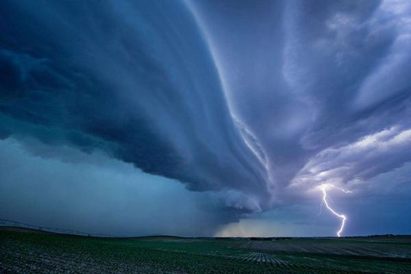 如末日般的超級雷暴,持續數小時可引發龍卷風(威力巨大)
