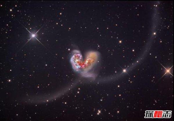 触须星系之谜,碰撞中的星系竟有烟花般的尾巴(异常美丽)