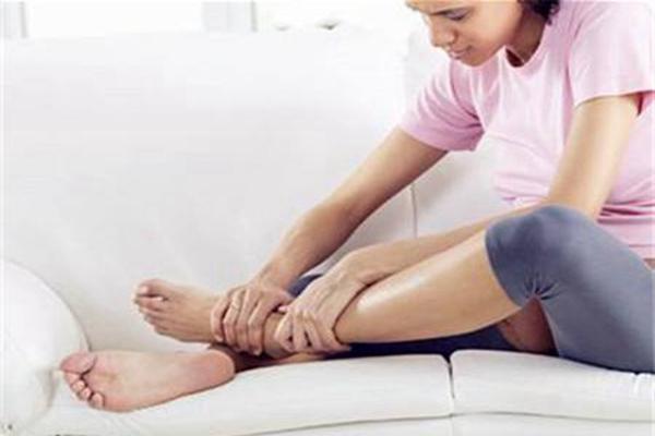 为什么久坐脚会肿发麻?血液循环不畅(肾脏代谢减慢)