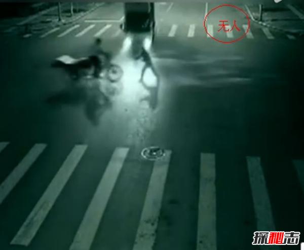 深夜路口超灵异事件,马路中凭空消失的两人(鬼救人)