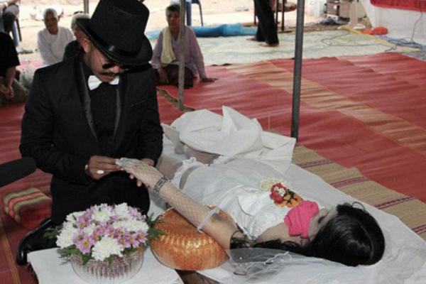 世界上最不可思议的婚姻:与异性自己/动漫人/尸体结婚