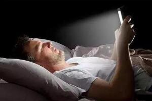 躺着玩手机的危害,影响视力/损伤皮肤(影响颈椎和睡眠)