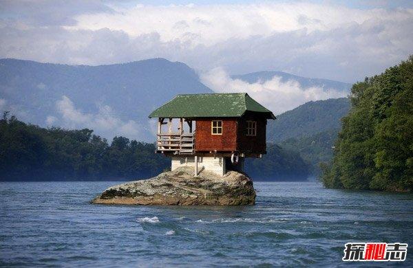 岩石上的房子图片