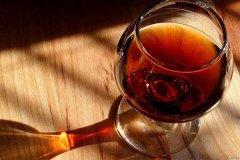 白兰地是什么酒?以水果为主要原料的蒸馏烈酒(40-43度)