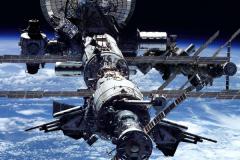 空间站为什么不掉下来?每天都需助推(否则下落100-150米)