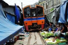 世界上最危险的集市:每天八列火车横穿集市(和人们擦肩而过)