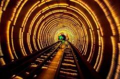男子自称去过2749年 时空隧道可通往未来世界