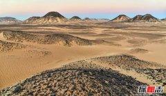 奇怪的黑色沙漠:黄沙上覆盖黑色石头(位于埃及)