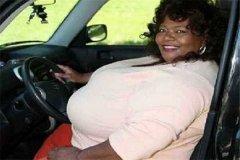 世界上胸最大的女人是谁 安妮·霍金斯特纳(胸重达77斤)