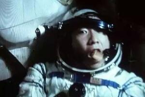 杨利伟看到外星人 不明敲门声是外星人来访(网友杜撰)