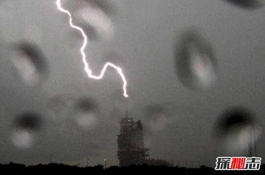 打雷闪电劈人的图片图片