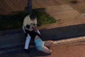 山东青岛醉酒女子视频,遭3轮流猥亵扒衣抓奶(组图)