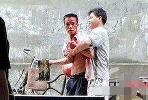 广西柳州飙血哥事件,头破血流还手持木棍要血拼到底
