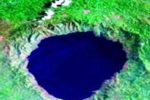 天然形成的博苏姆推湖,陨石撞击地球形成的圆锥形深坑