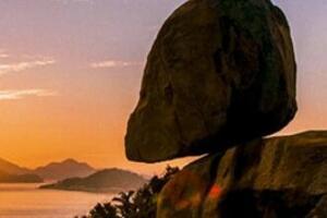 世界第一奇石,风动石悬空在悬崖边上的不倒翁(奇观)