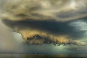 末日景象般的风暴云图片,地球被吞噬(如同世界末日/罕见)