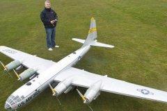 世界上最大的遥控模型飞机:使用96块电池(时速64公里)