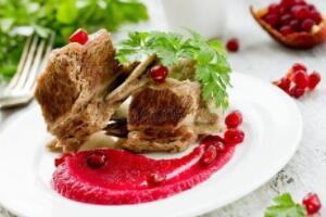 石榴能和牛肉一起吃,对身体无害(石榴和土豆同吃会中毒)