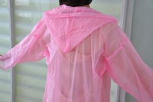 新买的雨衣气味大怎么去,清水加食醋浸泡(晒干后即可除味)