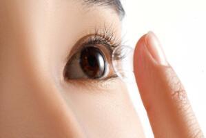 经常戴隐形眼镜对眼睛有坏处吗,视力下降/引起许多眼部疾病