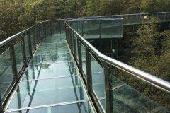 玻璃栈道用的什么玻璃?钢化夹胶玻璃,500千克/cm强度