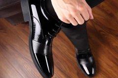皮鞋里面脏了如何清理?用肥皂水擦,通风晾干(不能暴晒)
