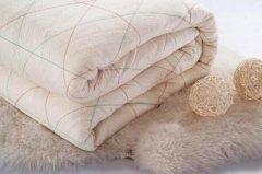 棉被里面有黑色颗粒:纯正棉花乳白色,机油味是黑心棉