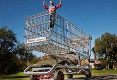 世界上最大的购物车 能同时承载六个人跑起来时速堪比汽车