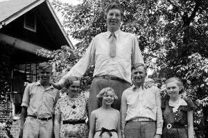 吉尼斯认证的世界最高人,罗伯特·潘兴·瓦德罗(高2.72米)