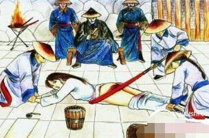 古代女子刑罚杖刑,脱光内衣用木板打臀部(惩治妇人出轨)